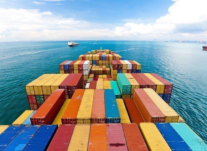 Containers su una nave cargo a Singapore