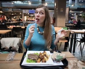 Paola Bertoni mangia un hamburger fiorentino al Mercato Centrale di Torino
