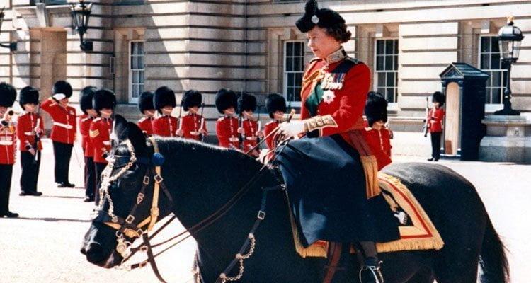 La regina Elisabetta II a cavallo di Burmese