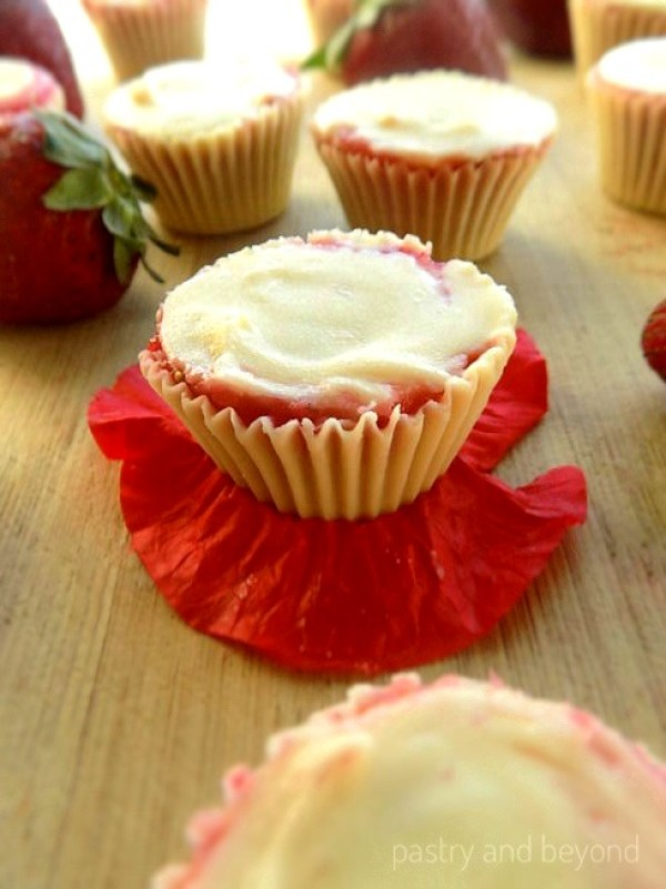 Frozen Cups with Strawberry and White Chocolate