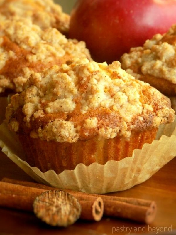 Apple Crumble Muffins-These apple cinnamon muffins with crumb topping are moist and delicious! They are so easy to make with simple ingredients. #applemuffins #crumblemuffins #easyrecipes