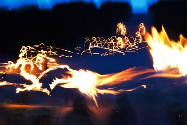 Destellos de luz generados por las antorchas que llevaban los esquiadores.
