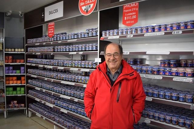 Roberto, dueño de Cabaña Micó, posando al lado de una góndola con productos