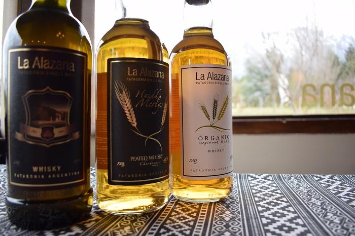 Tres botellas de whisky, de diferente etiqueta,sobre la mesa