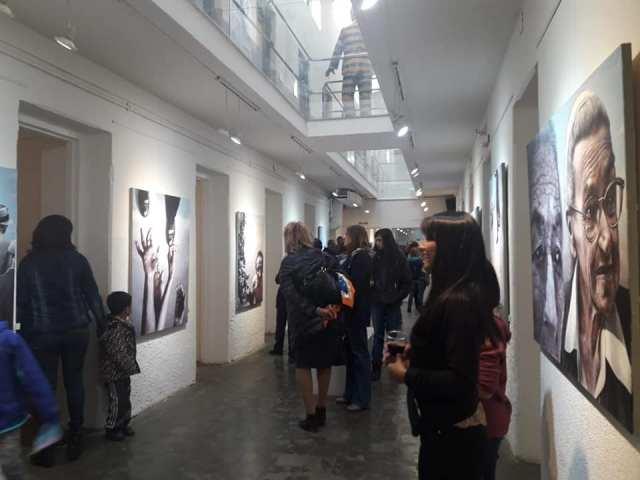Personas recorriendo y observando las obras del museo de arte de la Cárcel Del Fin Del Mundo
