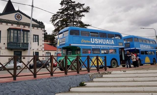 Dos colectivos del City Tour de Ushuaia estacionados en la calle.