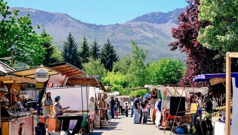 Feria de El Bolsón en la plaza Pagano