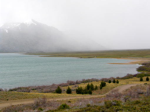 Laguna de Epulafquen vista panorámica con montañas con niebla de fondo.