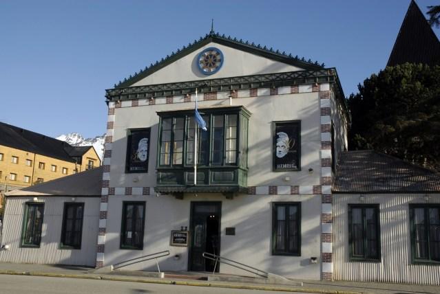 Parte delantera del edificio donde se ubica el Museo del Fin del Mundo. Parte del recorrido del City tour de Ushuaia.