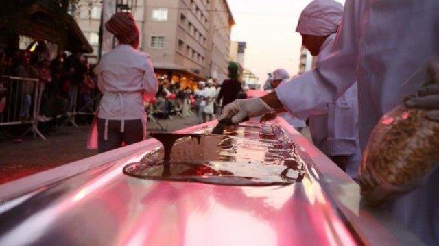 Elaboración de barra gigante de chocolate en Bariloche