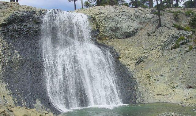 Gran depresión de agua con un pequeño lago al pie.