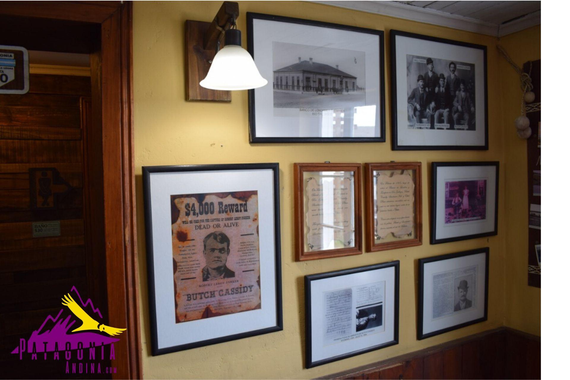Fotos enmarcadas de bandoleros que estuvieron de paso en la Estancia La Leona