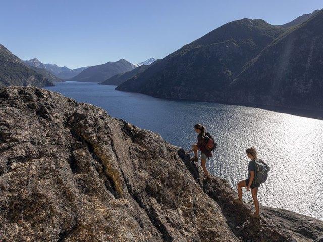 Dos mujeres subiendo la montaña. Un año perfecto en Bariloche