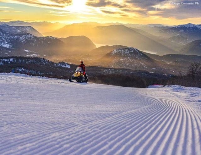 Hombre en moto de nieve en el atardecer. Chapelco, el mejor centro de esquí del país.