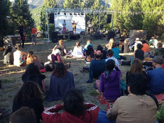 Gente disfrutando del festival en Villa Meliquina