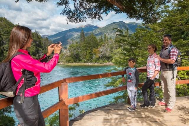 Grupo de gente sacandose una foto en una de las paradas del Corredor de los Andes en la Patagonia.