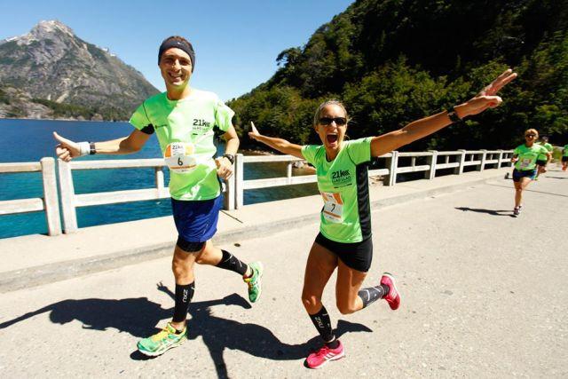 Pareja corriendo la Media Maratón de la Patagonia.