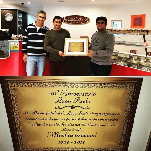 Dueños de la Chocolatería, reciben una distinción del municipio de Lago Puelo.