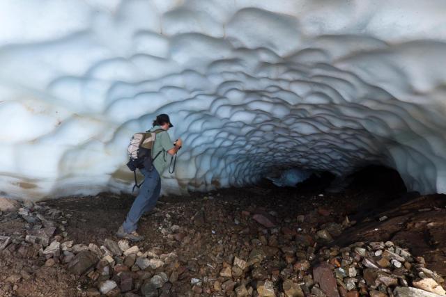 Persona ingresando al túnel de hielo en Esquel.