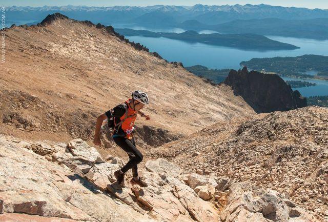 Hombre descendiendo de la montaña en el marco de 4 Refugios, una competencia de trekking en Bariloche.