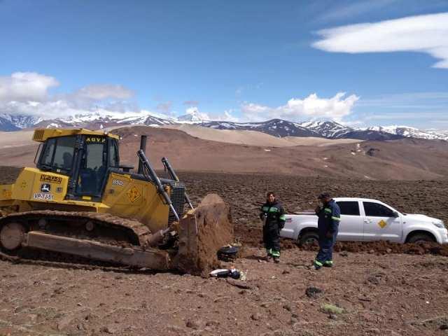 Hombres y maquinarias trabajando en la apertura de la ruta 41 que une Lago Posadas con el Parque Nacional Perito Moreno