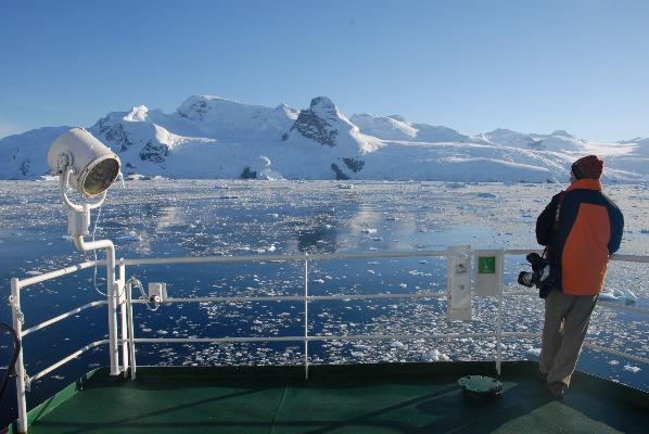 Hombre desde un barco tomando fotos en el Día de la Antártida Argentina.