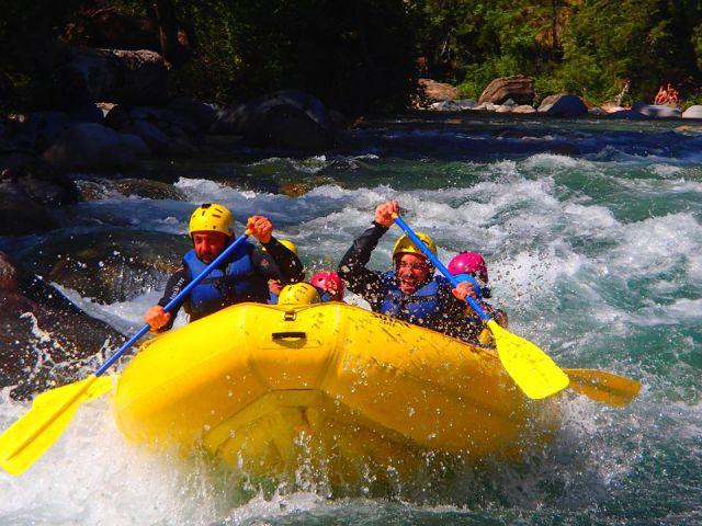Rafting en el río Azul de El Bolsón, una de las actividades de turismo aventura.