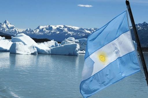 Bandera Argentina flameando en la Antártida.
