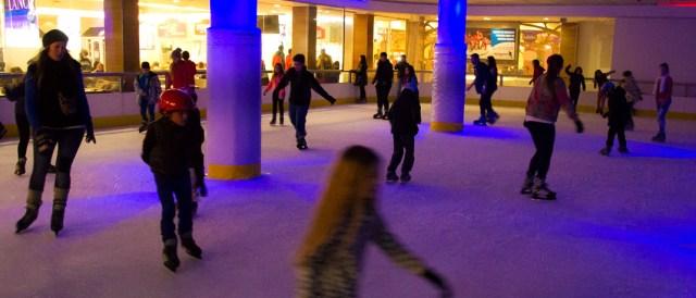Gente patinando en la pista de hielo de Bariloche.