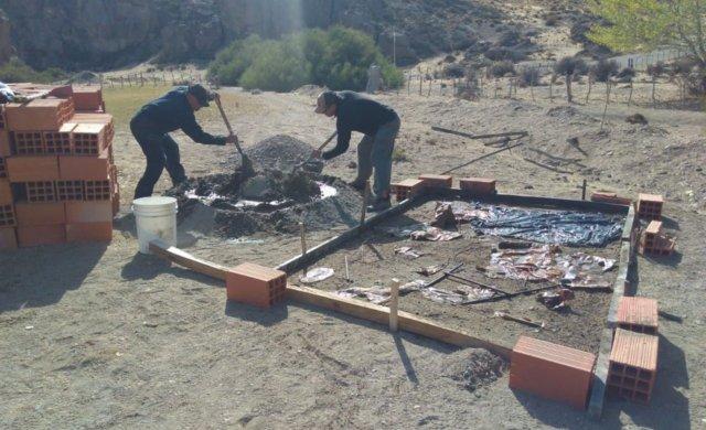 Obreros trabajando en la primera vivienda de Piedra Parada.