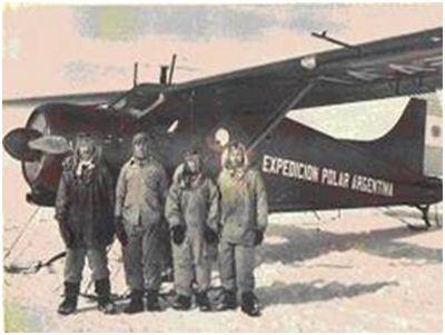 Pujato y Muñoz con el avión Beaver DHC-2 detrás.