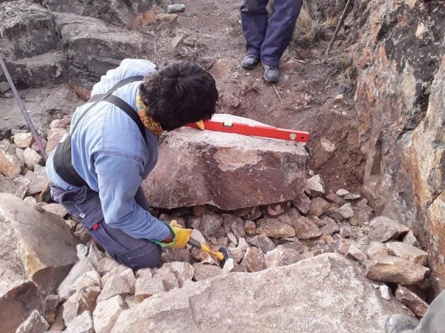 Trabajador realizando tareas en los senderos del Parque Patagonia.