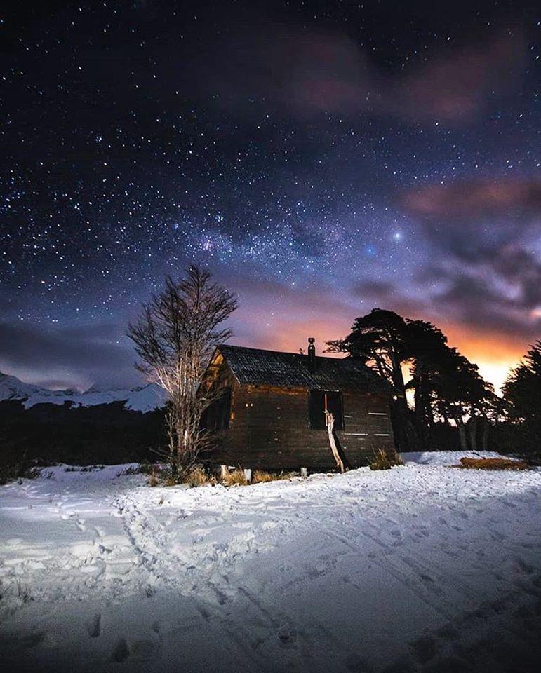 Refugio cubierto por un cielo estrellado en Ushuaia