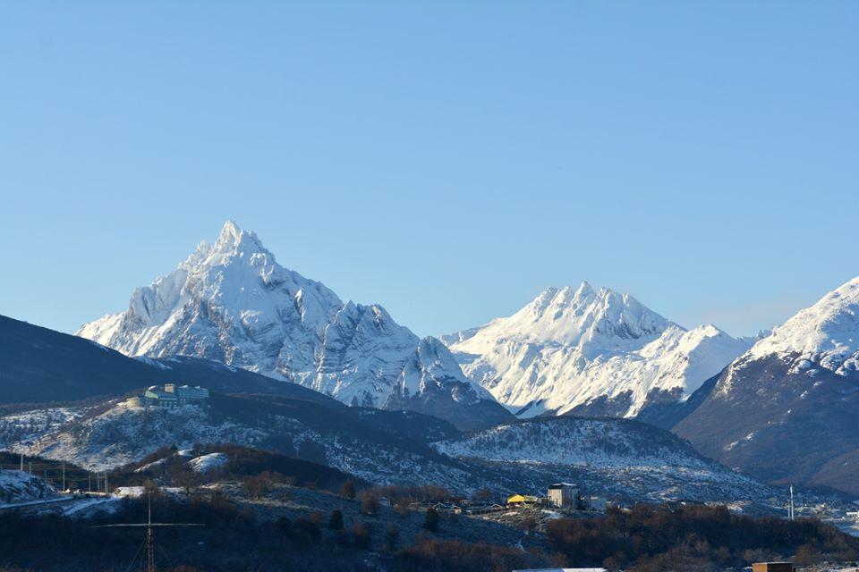 Montañas rodeadas de nieve en Tierra del Fuego