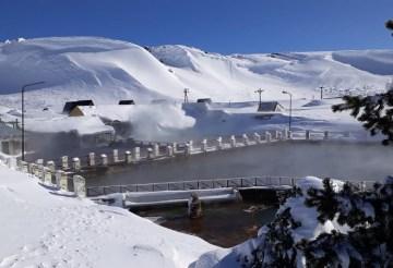 Termas de Copahue rodeadas de nieve.