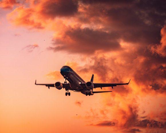 Avión en el aire. Extienden el plan Previaje.