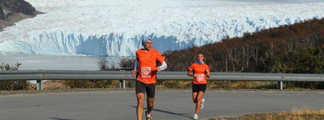 Personas corriendo con el glaciar Perito Moreno de fondo.