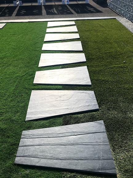 Chemin allée pelouse gazon herbe synthétique galet pierre artisan paysagiste nature vert design