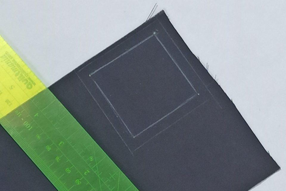 Les traits de couture et les traits de marge de couture sont matérialisés sur le tissu