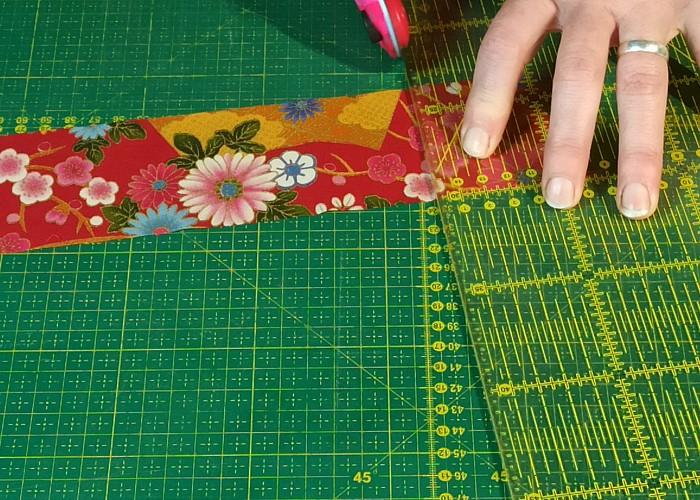 couper un carré de tissu au cutter rotatif