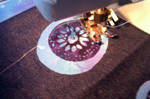 aplicación a máquina de batik sobre tejano