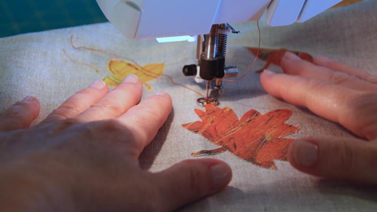 aplicando hojas a máqunia
