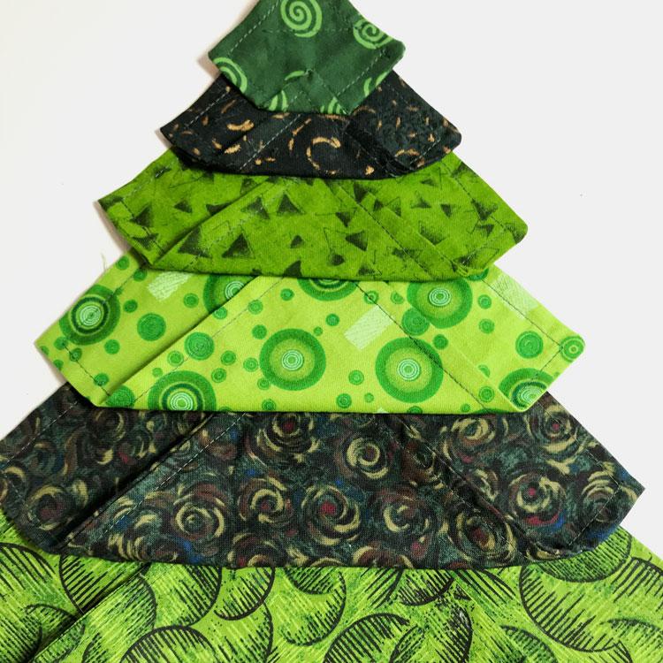 Détail de sapin de Noël en patchwork carrés en tissu vert