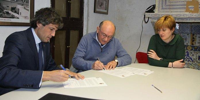 Lorenzo Agustí, Ángel Barona y Sara Álvaro durante la firma del convenio