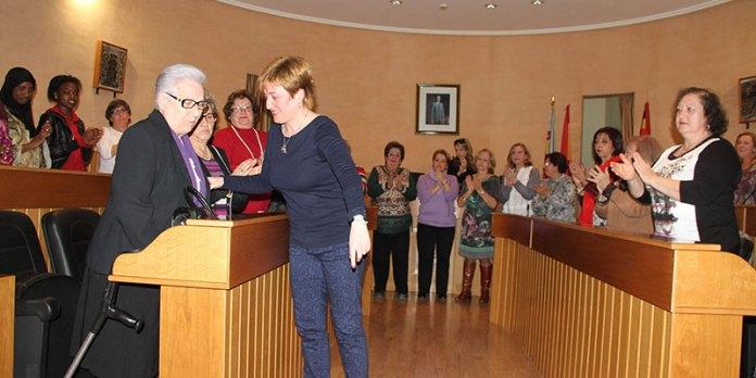 2- La alcaldesa en funciones, Sara Álvaro, felicita a Carmen Roca, aclamada como alcaldesa honoraria
