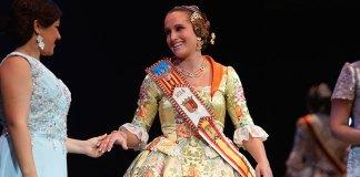 Carmen Zarzuela, Reina de las Fiestas 2014, tras recibir su banda tras recibir