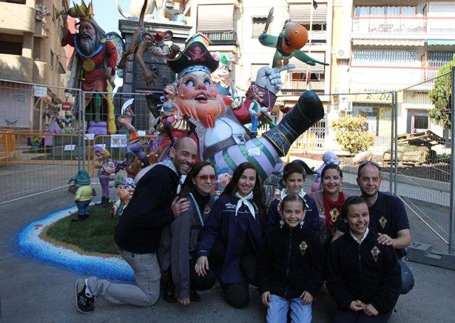 Falleros de Dos de Mayo junto al monumento infantil
