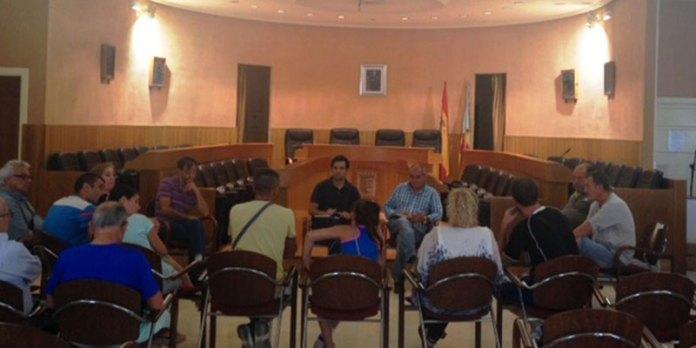 El alcalde Juan Antonio Sagredo junto con el concejal de Protección a las Personas y Participación Ciudadana, Julio Fernández en el salón de plenos atendiendo a los vecinos.