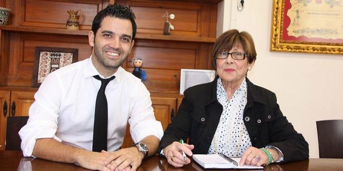 El alcalde, Juan Antonio Sagredo, junto a Defensora del Vecino, Mari Moreno