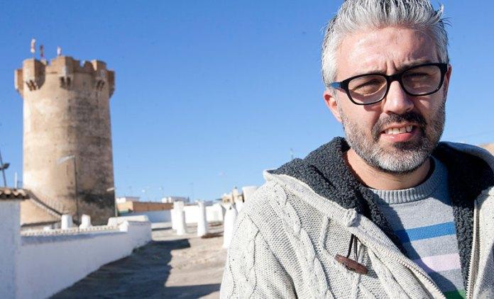 Juanma Ramón, portavoz de Compromís, con las cuevas y la Torre al fondo